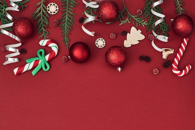 Noworoczny, świąteczny wystrój na czerwonym tle