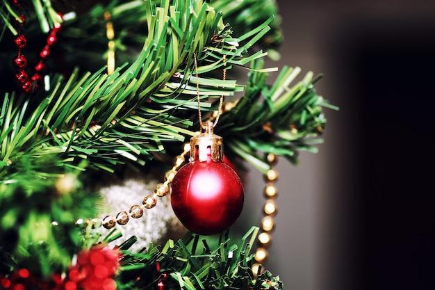 Noworoczny wystrój w kształcie kuli drzewa