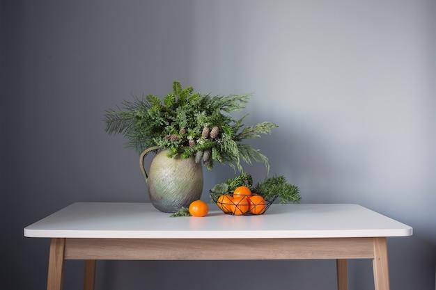 Noworoczny wystrój z mandarynkami na szarym tle