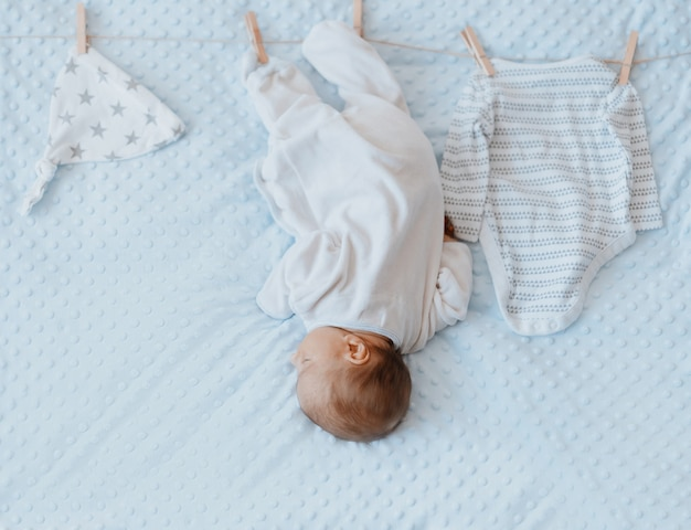 Noworodek i rzeczy dla dzieci na spinaczu do bielizny na linie