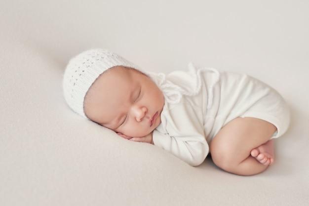 Noworodek noworodek na jasnym tle