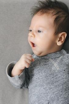 Noworodek odwracający wzrok, ziewający lub rozmawiający. skopiuj miejsce na tekst