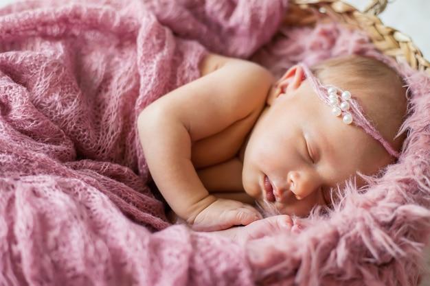 Noworodek piękna dziewczynka. selektywna ostrość. ludzie.