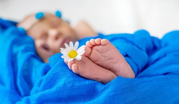 Noworodek śpi na niebieskim tle. selektywna ostrość. ludzie.