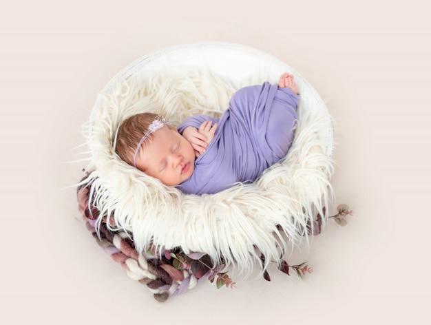 Noworodek śpi w kołysce