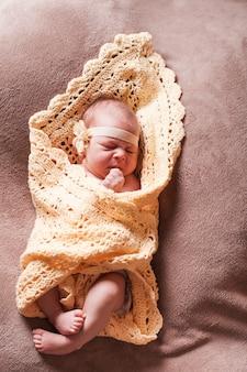 Noworodka dziewczynka na szydełkowym kocyku