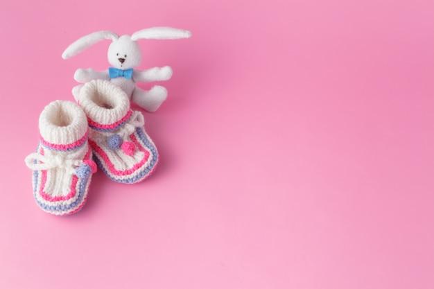 Noworodka mała zabawka z botkami