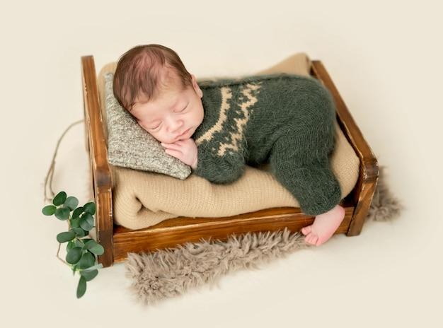 Noworodka na malutkim łóżku