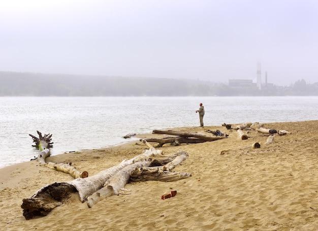 Nowosybirsk region syberia rosja08082021 rybak na brzegu zatoki berdskiej