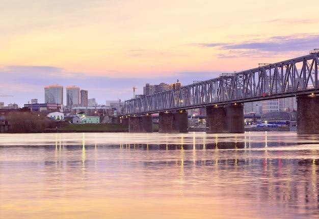 Nowosybirsk syberia rosja05032021 rano na rzece ob stalowy most transsyberyjski