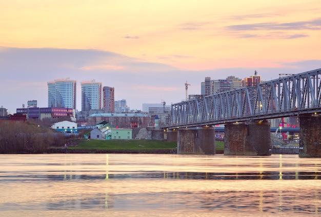 Nowosybirsk Syberia Rosja05032021 Rano Na Rzece Ob Stalowy Most Transsyberyjski Premium Zdjęcia