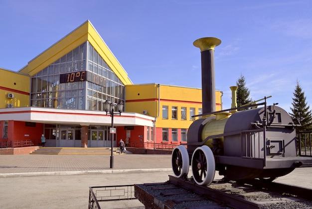 Nowosybirsk syberia rosja05042021 nowosybirskzapadny dworzec kolejowy wiosną