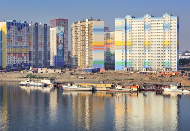 Nowosybirsk syberia rosja07032021 budowa kompleksu mieszkalnego na brzegu ob