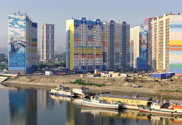 Nowosybirsk syberia rosja07032021 budowa kompleksu mieszkalnego na brzegu