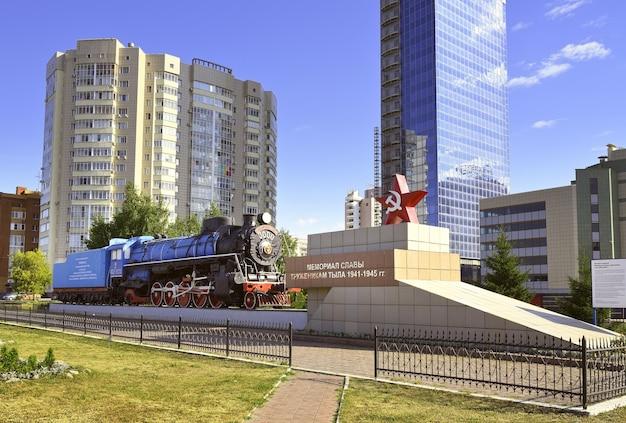 Nowosybirsk syberia rosja08012021 pomnik na alei dymitrowa wśród wieżowców