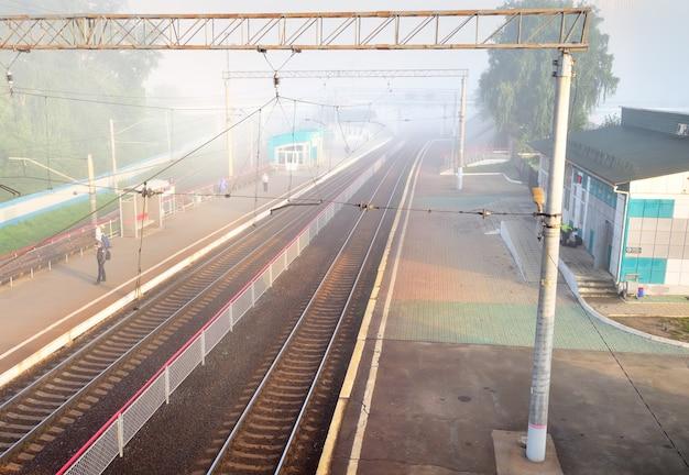 Nowosybirsk syberia rosja08152021 szyny rozpływają się we mgle na opuszczonej platformie