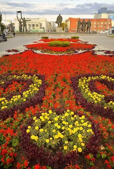 Nowosybirsk syberia rosja091720 plac lenina kwiatowy trawnik granitowy pomnik w oddali