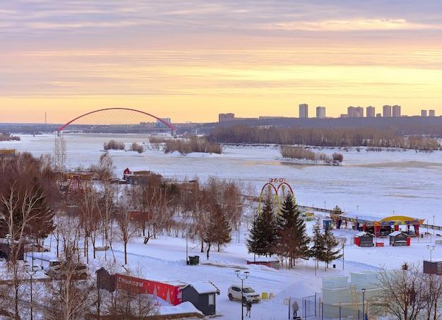 Nowosybirsk syberia rosja18122020 wieczór na nabrzeżu ob zimowy lód na rzece