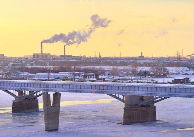 Nowosybirsk syberia rosja18122020 zimowy wieczór na mostach ob przez rzekę