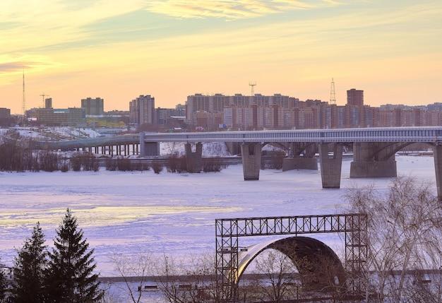 Nowosybirsk syberia rosja18122020 zimowy wieczór na otwartej scenie ob nad rzeką