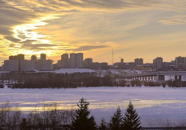Nowosybirsk syberia rosja18122020 zimowy zachód słońca nad ob lód na rzece