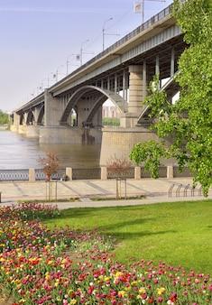 Nowosybirsk syberia rosja23052021 łukowy most drogowy nad rzeką ob