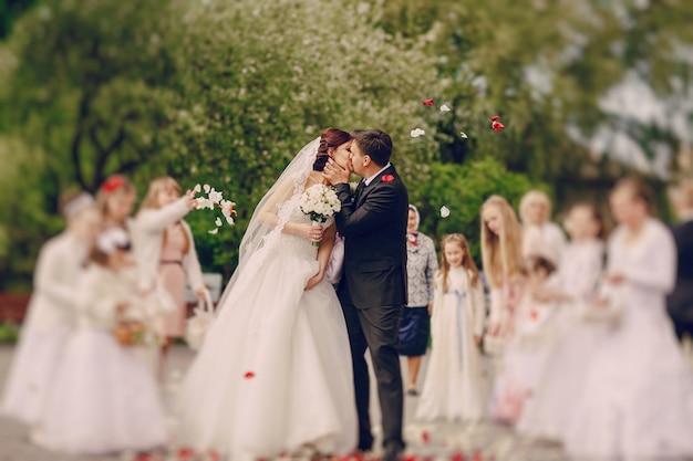 Nowożeńcy całuje
