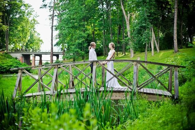 Nowożeńcy na moście