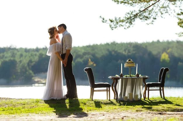 Nowożeńcy para całuje