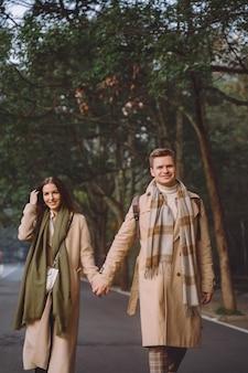 Nowożeńcy para okazywania uczuć i trzymania się za ręce, gdy idą przez park leśny zhangjiajie