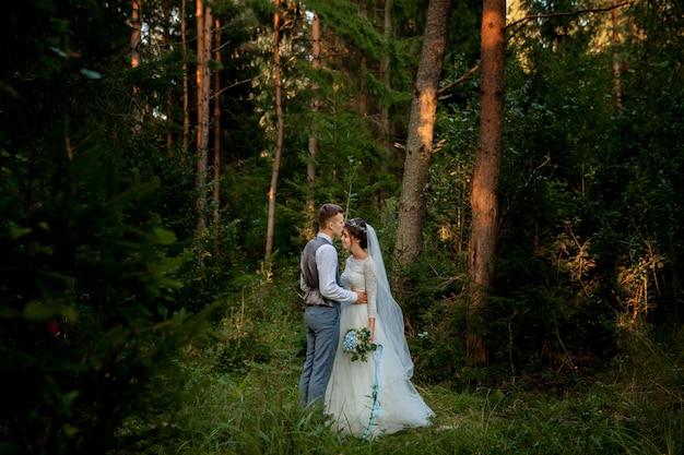 Nowożeńcy pozowanie w lesie