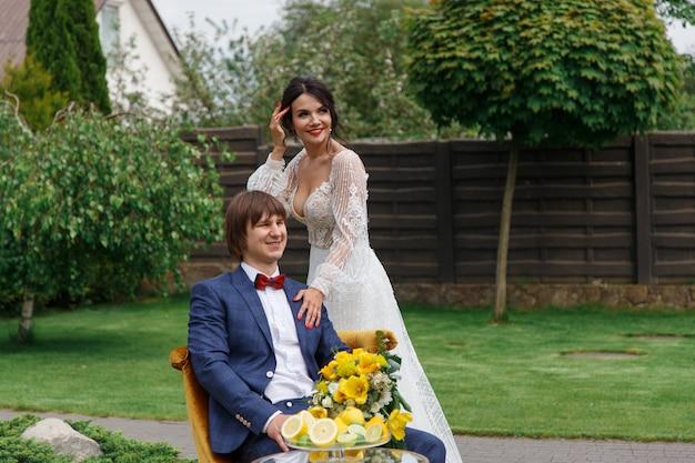 Nowożeńcy pozują do sesji ślubnej na dziedzińcu osiedla