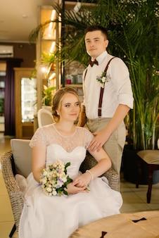 Nowożeńcy pozują w przytulnym wnętrzu loftu przed ślubem