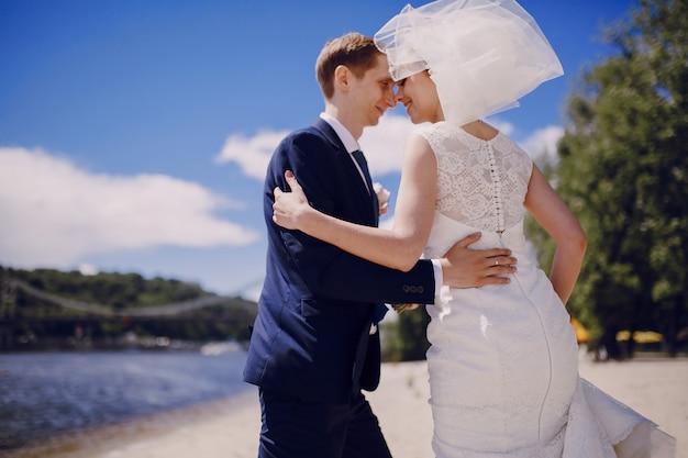 Nowożeńcy rozpoczynając swój miesiąc miodowy
