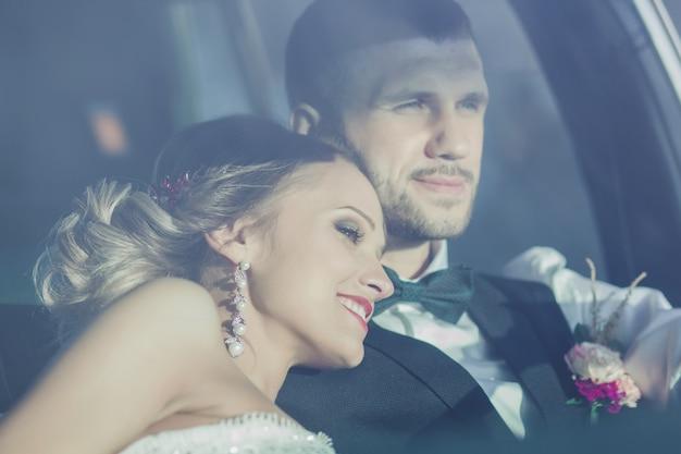 Nowożeńcy siedzi w zabytkowym samochodzie