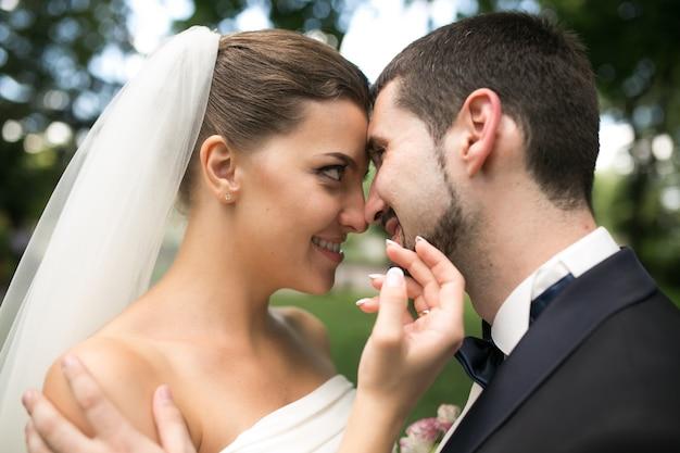 Nowożeńcy spojrzenie na siebie na zewnątrz
