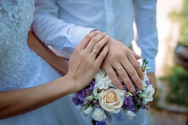 Nowożeńcy, trzymając się za ręce na kwiaty