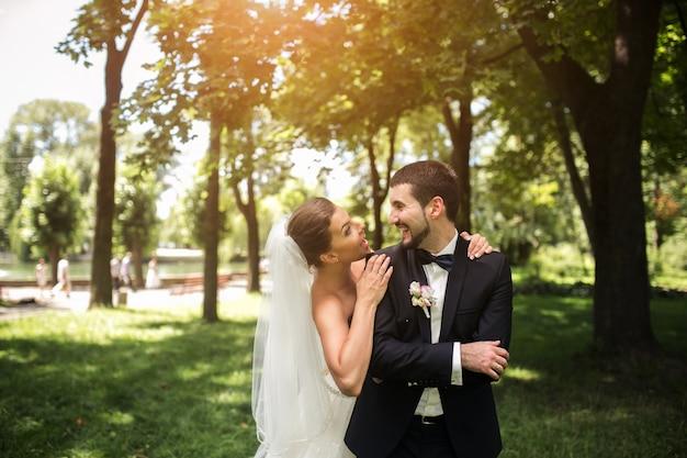 Nowożeńcy uśmiecha się w parku