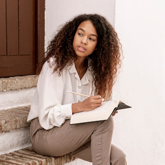 Nowożytna kobieta czyta książkę outside