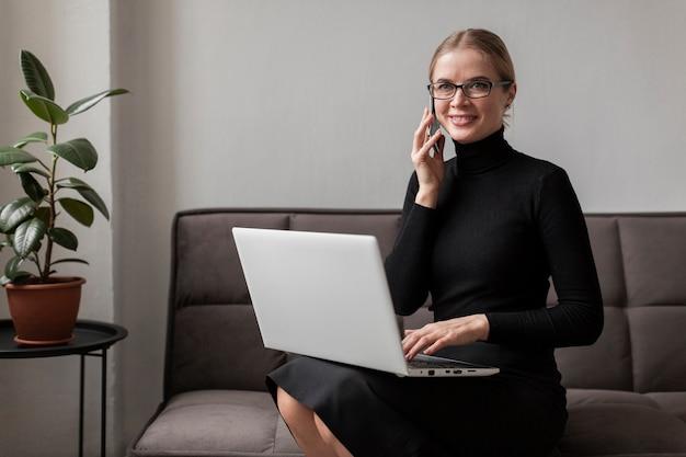 Nowożytna młoda kobieta opowiada nad telefonem