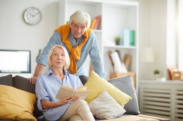 Nowożytna starsza para pozuje w domu
