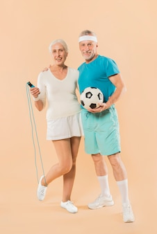 Nowożytna starsza para z omijać arkanę i futbol