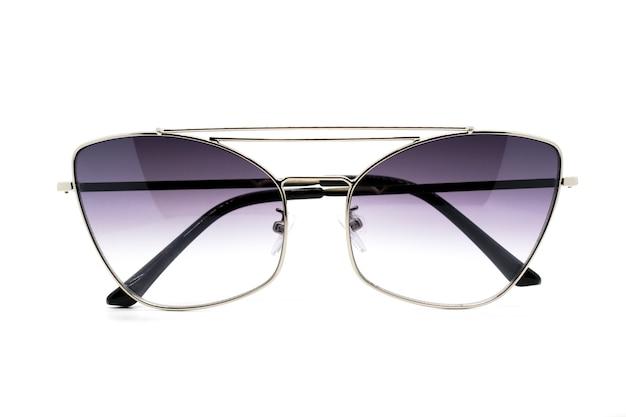 Nowożytni modni okulary przeciwsłoneczni odizolowywający na bielu