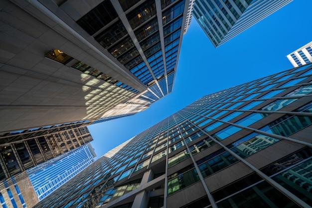 Nowożytny biurowych szkieł budynków pejzaż miejski pod błękita jasnego niebem w washington dc, usa