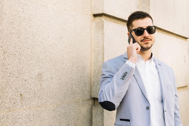 Nowożytny biznesmen robi rozmowie telefonicza outdoors