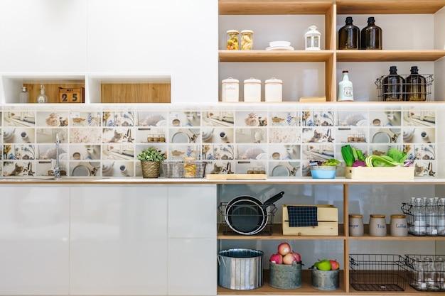 Nowożytny kuchenny wnętrze w domu z kitchenware