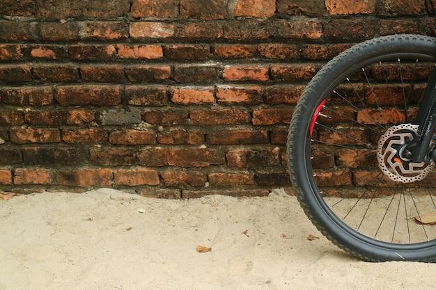 Nowożytny rowerowy koło przeciw antycznemu ściana z cegieł przy ayutthaya historycznym parkiem, tajlandia