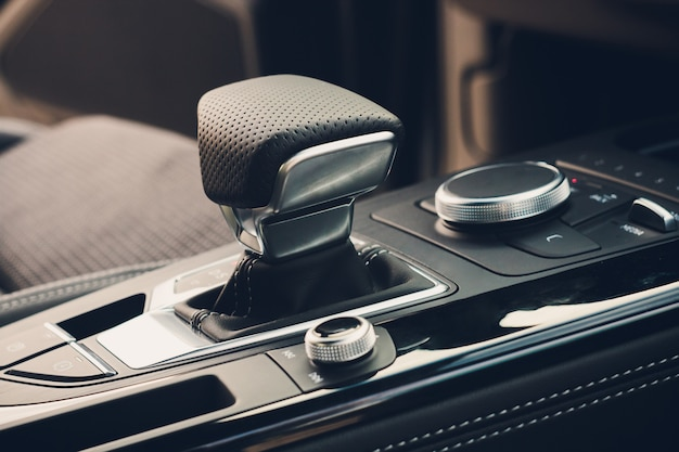 Nowożytny samochodowy wnętrze, gearstick zamknięta up fotografia.