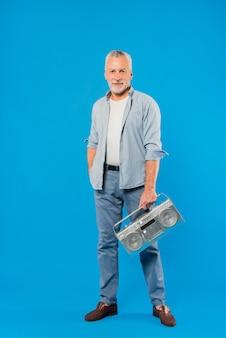 Nowożytny starszy mężczyzna z rocznika radiem