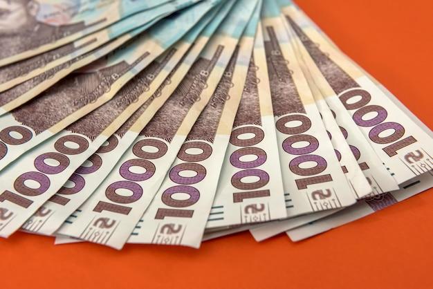 Nowy banknot 1000 roku 2020, ukraińskie pieniądze uah na pomarańczowym tle. zapisz koncepcję.